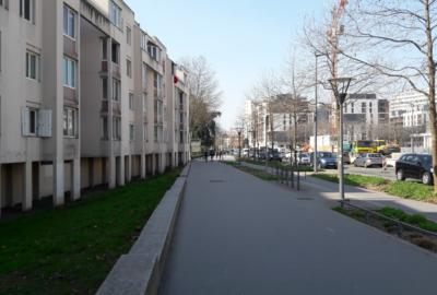 vue de trottoir avec de vieux batiments et des batiments plus récents