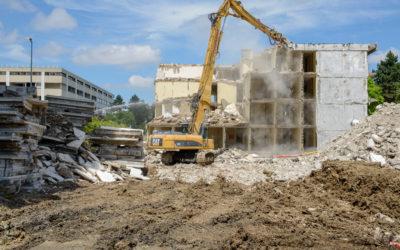 Démolition du bâtiment Lavallée avec une pelle à grand bras